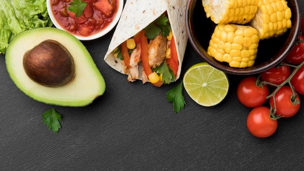 Vista superior de tortilha fresca com abacate