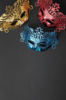 Vista superior de três máscaras para carnaval com espaço de cópia