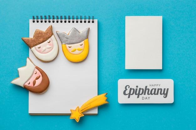 Vista superior de três reis com caderno e papel para o dia da epifania
