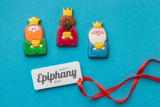 Vista superior de três reis com fita para o dia da epifania