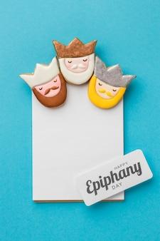 Vista superior de três reis com papel para o dia da epifania