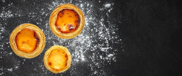 Vista superior de três tortas de ovo doce com creme de baunilha e caramelo