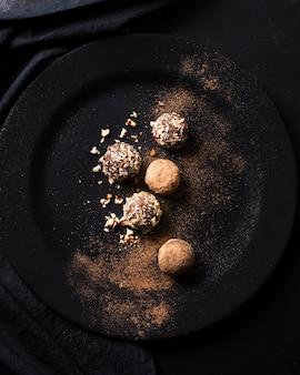Vista superior de trufas de chocolate prontas para serem servidas