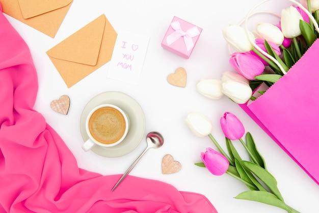 Vista superior de tulipas cor de rosa e brancas