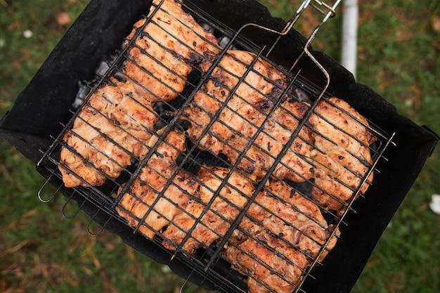 Vista superior de um bife de carne cozinhando na grelha
