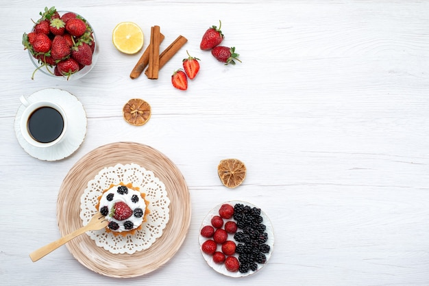 Vista superior de um bolo cremoso com frutas e grãos de café com canela em uma mesa leve, doce de bolo