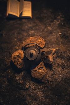 Vista superior de um bule de chá sentado entre pedras