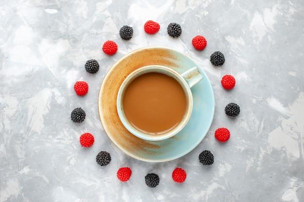 Vista superior de um café delicioso com bagas alinhadas em um círculo na mesa leve, café expresso com baga