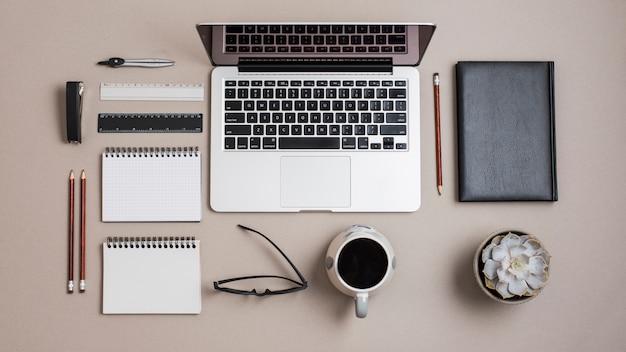 Vista superior, de, um, colorido, escrivaninha negócio, com, escritório, papelaria