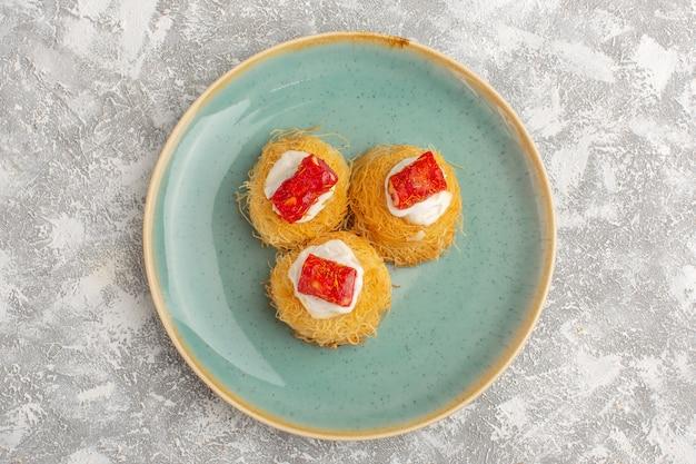Vista superior de um delicioso bolo com creme branco e marmelada vermelha