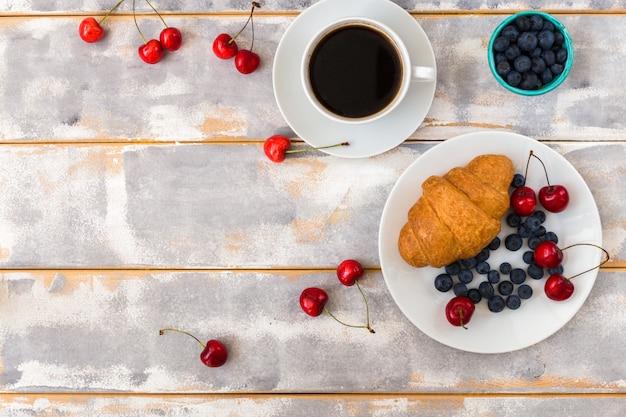 Vista superior de um delicioso café da manhã com croissants