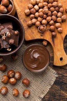 Vista superior de um delicioso chocolate de avelã