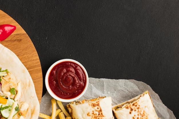 Vista superior de um delicioso kebab com espaço de cópia e ketchup