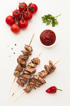 Vista superior de um delicioso kebab com tomate e ketchup