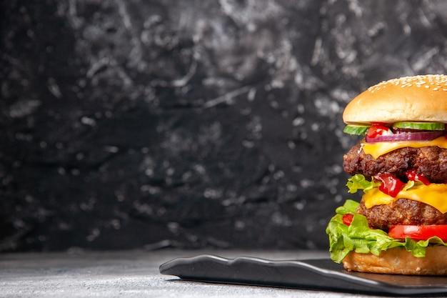 Vista superior de um delicioso sanduíche caseiro no lado esquerdo na superfície isolada do gelo cinza