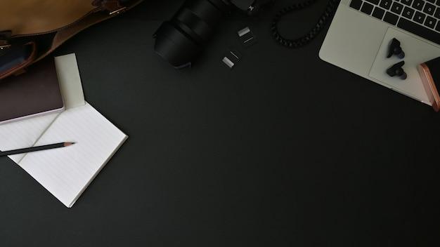 Vista superior de um espaço de trabalho do fotógrafo