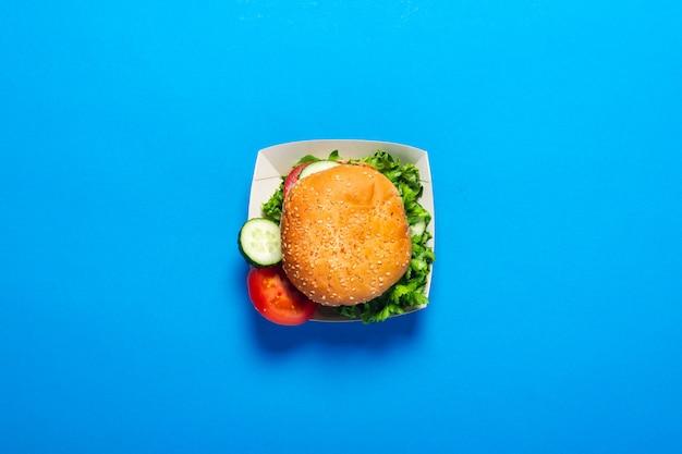 Vista superior de um hambúrguer fresco na caixa