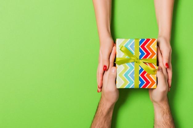 Vista superior de um homem e uma mulher dando e recebendo presentes