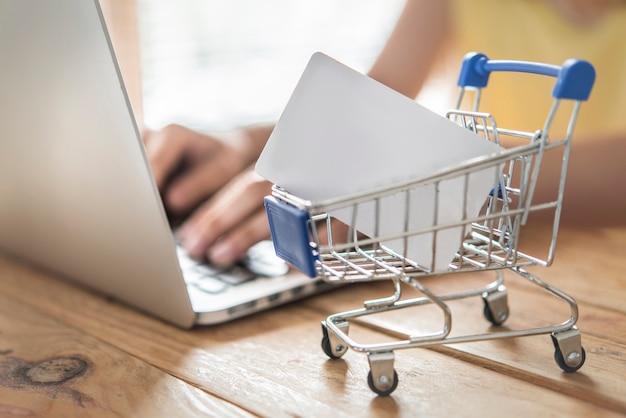 Vista superior de um homem usando cartão de crédito para compras online