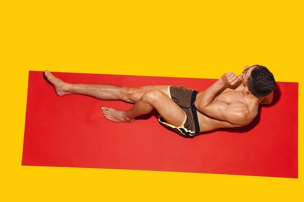 Vista superior de um jovem modelo masculino caucasiano descansando em um resort de praia