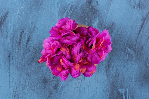 Vista superior de um lindo buquê de flores roxas frescas.