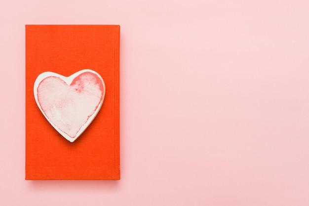 Vista superior de um livro com um cartão de forma de coração