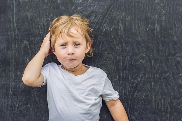 Vista superior de um menino garoto loiro com espaço para texto e símbolos na velha de madeira.