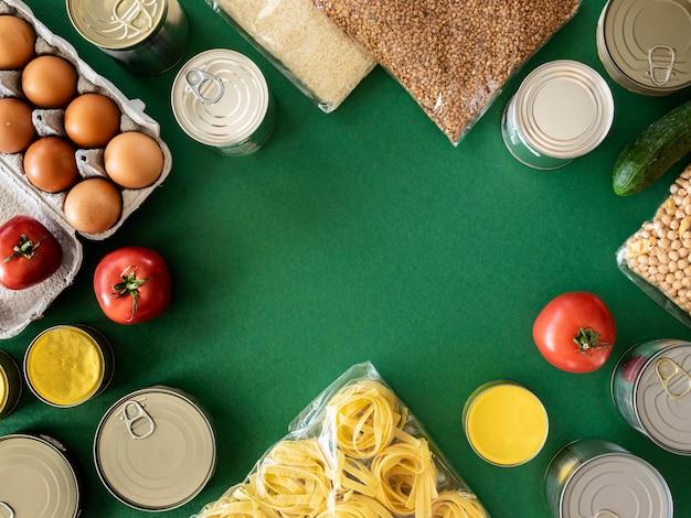 Vista superior de um monte de alimentos frescos para doação com espaço de cópia