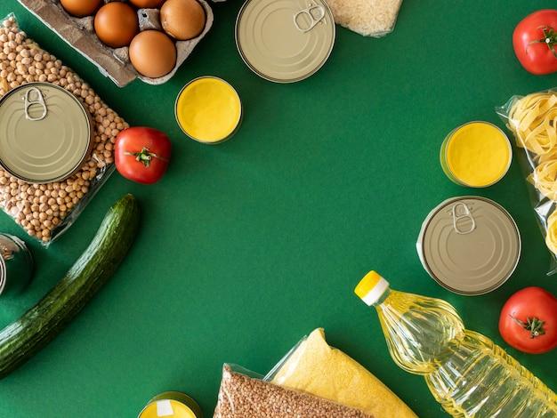Vista superior de um monte de alimentos frescos para doação