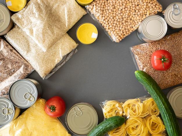 Vista superior de um monte de provisões de alimentos para doação com espaço de cópia