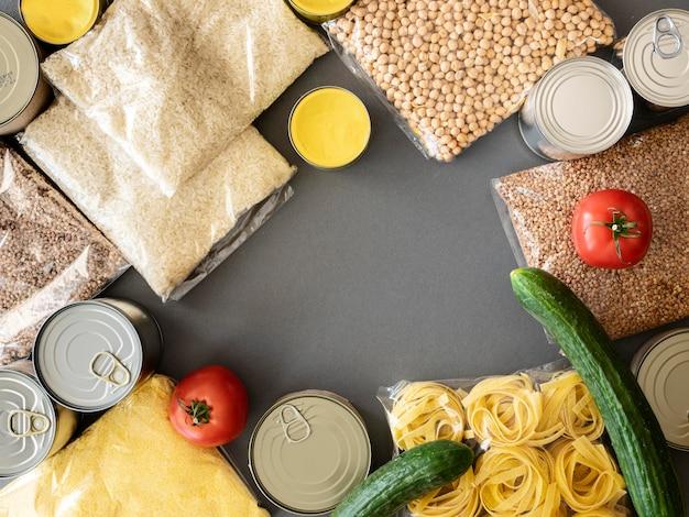 Vista superior de um monte de provisões de alimentos para doação