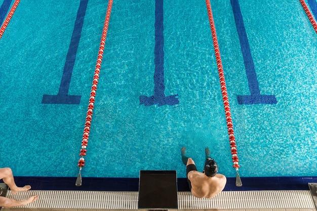 Vista superior de um nadador masculino sentado