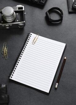 Vista superior de um notebook aberto com artigos de papelaria
