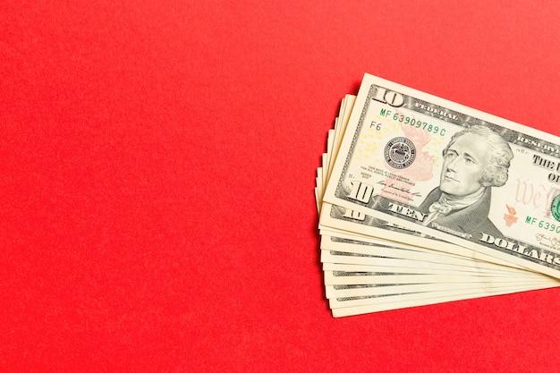 Vista superior de um pacote de nota de 10 dólares no fundo colorido. conceito de negócio, com espaço de cópia