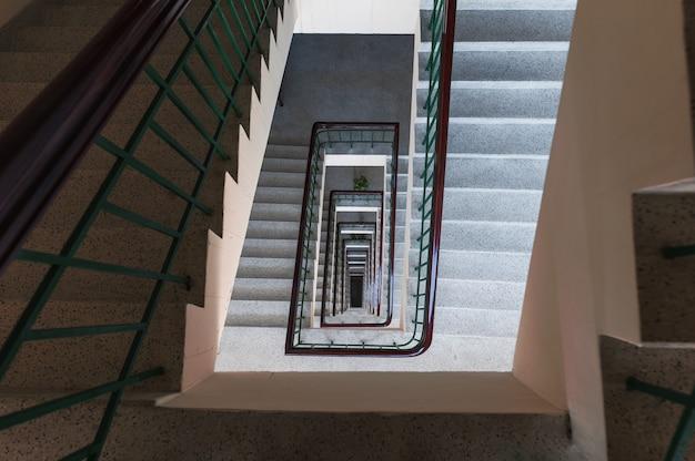 Vista superior de um padrão infinito de escada vintage em forma quadrada no prédio