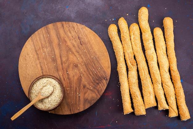 Vista superior de um pão de forma longa, um pão de forma longo e assado na superfície escura