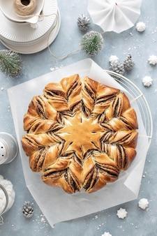 Vista superior de um pão estrela de semente de papoula
