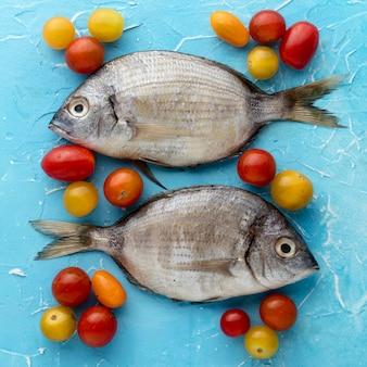 Vista superior de um par de peixes com tomates