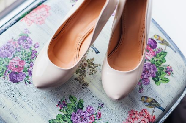 Vista superior de um par de sapatos de casamento brancos