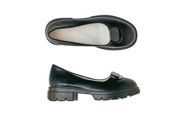 Vista superior de um par de sapatos elegantes para jovens, isolado em um fundo branco.