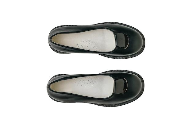 Vista superior de um par de sapatos femininos negros, isolado em um fundo branco. sapatos da moda.