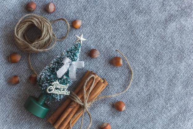 Vista superior de um pequeno ramo de árvore de natal com bastões de canela