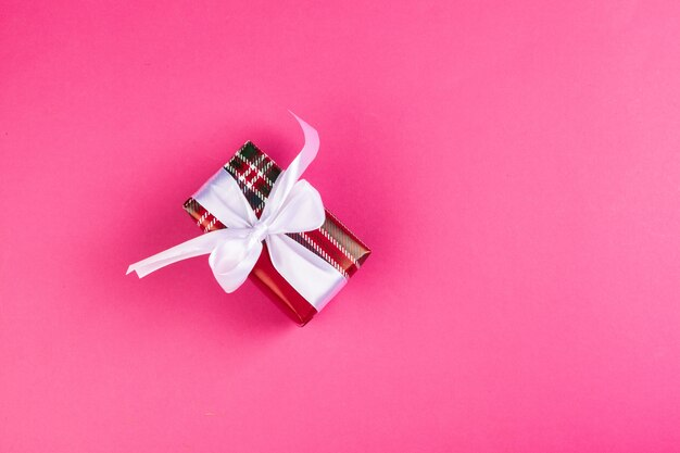 Vista superior de um presente decorado com um laço rosa