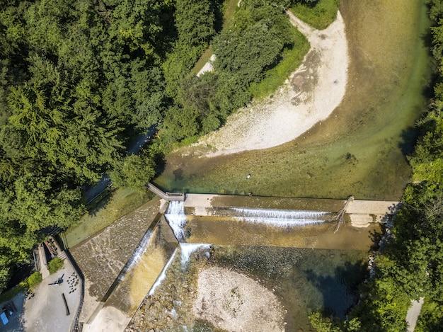 Vista superior de um rio que flui próximo a uma floresta