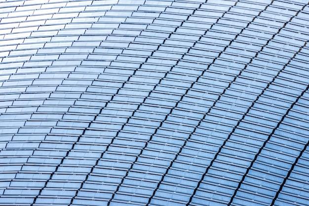 Vista superior de um telhado de edifício totalmente coberto com painéis solares