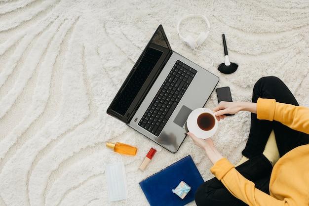Vista superior de uma blogueira feminina streaming em casa