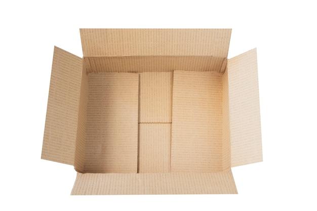 Vista superior de uma caixa de papelão reciclada reutilizada isolada no branco