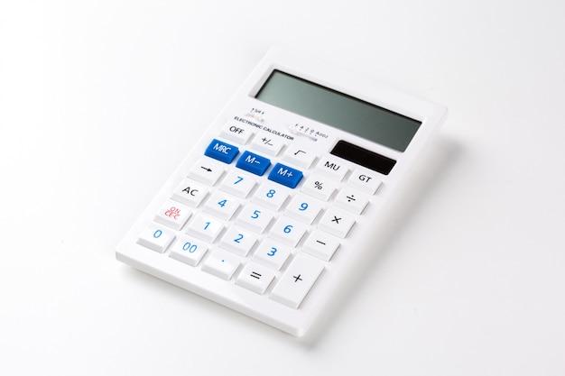 Vista superior de uma calculadora isolada no fundo branco