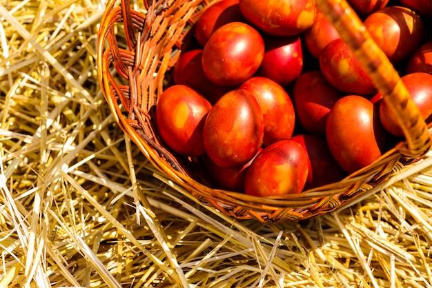 Vista superior de uma cesta com ovos pintados