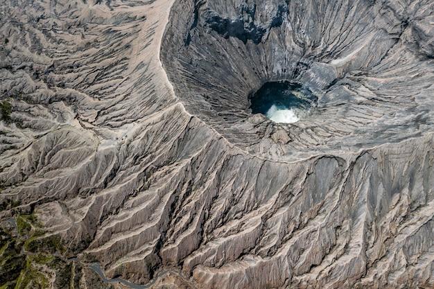 Vista superior de uma cratera do vulcão